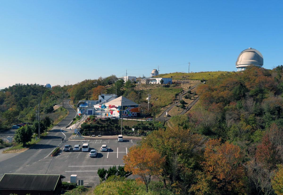 駐車場と岡山天文博物館建屋、右上は国立天文台188cm望遠鏡ドーム
