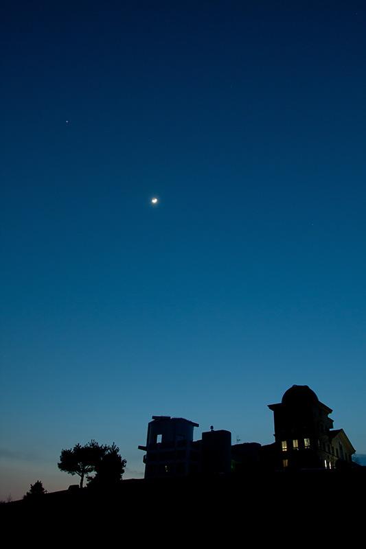 天文台と月齢5の月、木星