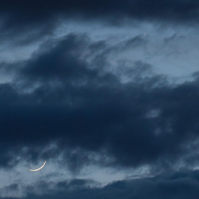 月齢1.7の月(左下)と水星(右上)