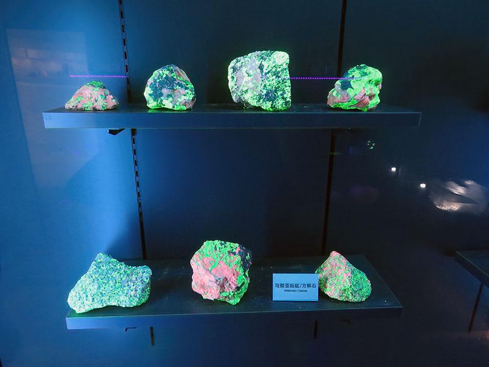 「光る石」展示