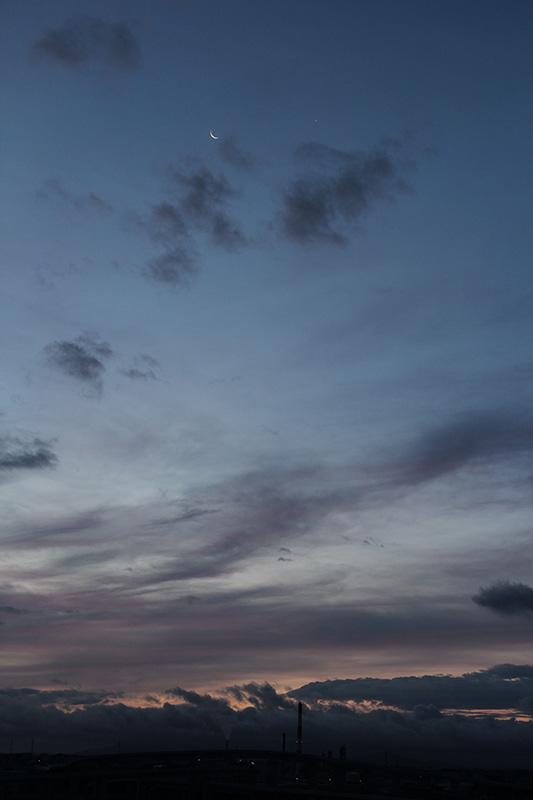明け方の月と金星