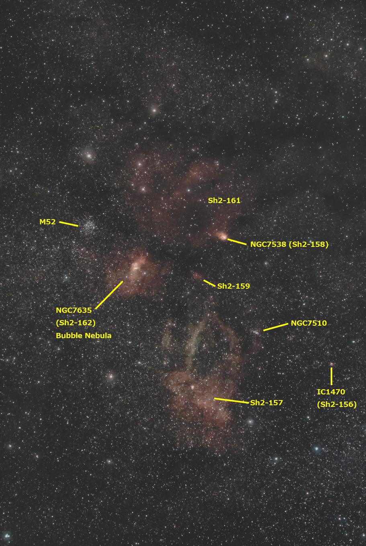 散開星団M52と周辺の散光星雲(星雲の名称入り)
