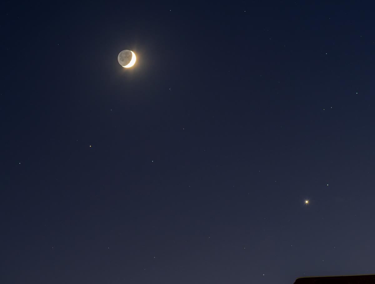 さそり座頭部にてアンタレスと接近した月と金星